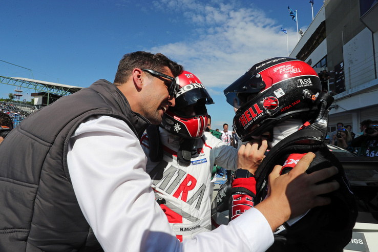 Tassi négy nappal 18. születésnapja után, hazai versenyen szerezte meg első TCR-győzelmét, itt a csapatvezető Bári Dáviddal (b) és a csapattulajdonos-pilótatárs Michelisz Norberttel (k) ünnepel