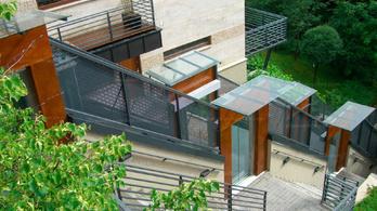 Egy budai társasház, ahol sikló köti össze a lakásokat
