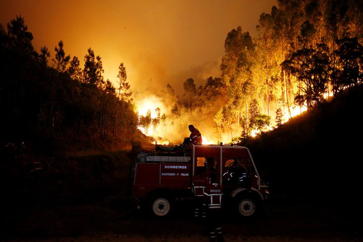 A tűz a Lisszabontól kétszáz kilométerre északkeletre fekvő Pedrógao Grande település közelében keletkezett.