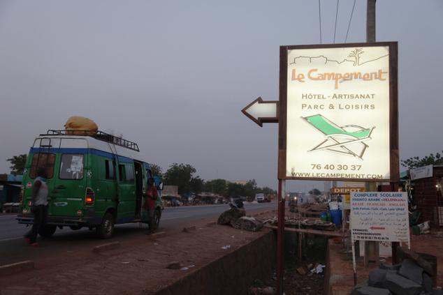 A nyugati turisták körében népszerű Kangaba üdülőtelep irányába mutató útjelző tábla Bamako közelében