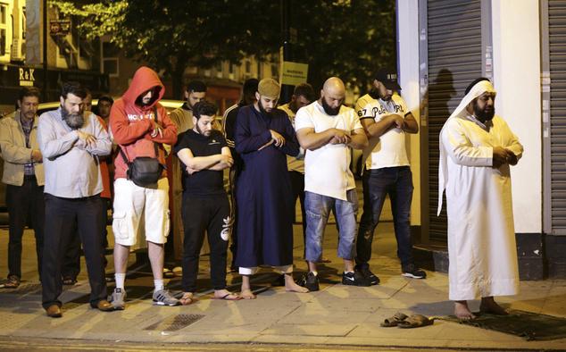 Imádkozó emberek a Finsbury Park közelében