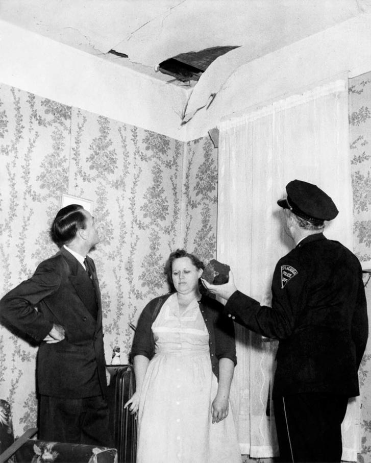 Ann Hodges átadja a meteoritot az amerikai légierőnek.