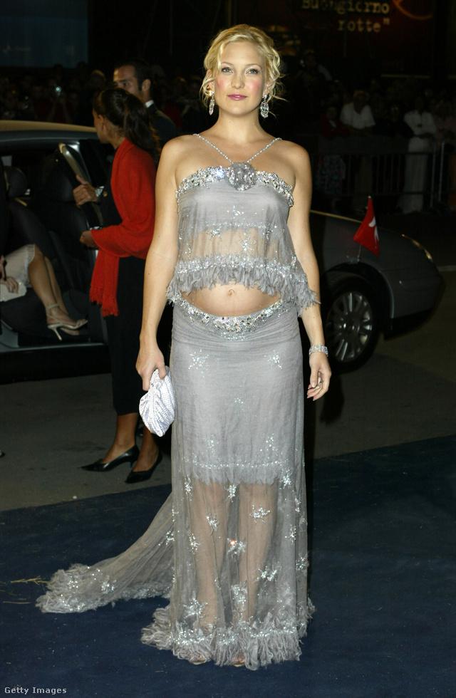 Goldie Hawn lánya, Kate Hudson sem volt szégyenlős 2003-ban, mikor ebben a ruhában indult a Velencei Filmfesztiválra.