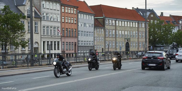 Itt meg motorosok száguldoznak Koppenhága utcáin.