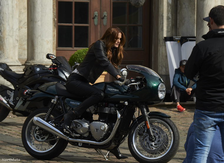 Mint például ez a csinos hölgy is, aki mögött a színész az erkélyes jelenet után landol a motoron.