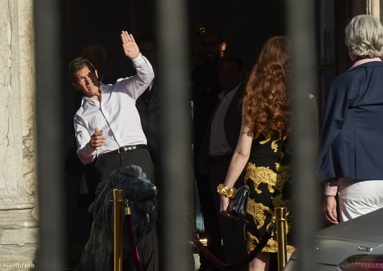 Az 56 éves Antonio Banderas jelenleg Koppenhágában tartózkodik, ahol nem a képen látható mozdulat volt a legfurcsább dolog, amit csinált.