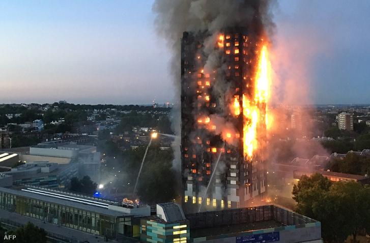 A fővárosi tűzoltók Twitter-oldalán jelent meg először a hír, hogy mintegy kétszáz tűzoltó próbálja megfékezni a lángokat, amelyek a Grenfell Tower mindegyik emeletére kiterjedtek.