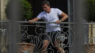 Antonio Banderas alsógatyában parádézott egy erkélyen