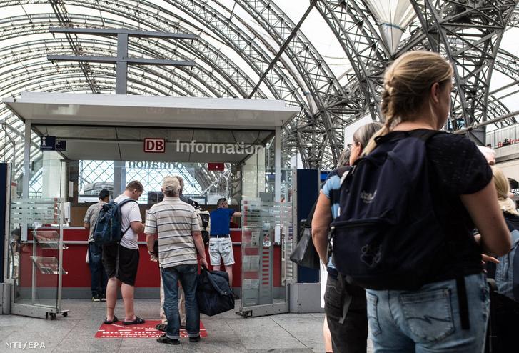 A késő vonatok miatt várakoznak utasok a drezdai pályaudvaron
