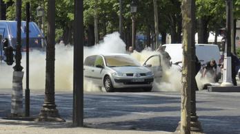 Csendőrségi kisbusznak hajtott egy autó a Champs-Elysées-n
