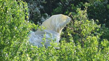 Saját házuk mellett csapódtak földbe a hétvégén meghalt siklóernyősök