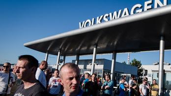550 ezer forintos átlagfizetéssel sztrájkolnak a VW pozsonyi alkalmazottai