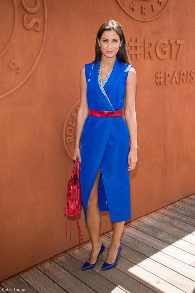 Ujjatlan formában, övvel átfogva is divatos a wrap dress, azaz az átlapolós ruha.