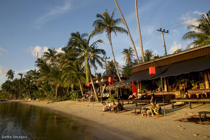 Turisták egy thaiföldi tengerparton