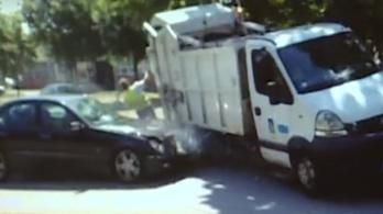 Felöklelte a Mercedes a szemétszállítót, a munkások lerepültek róla