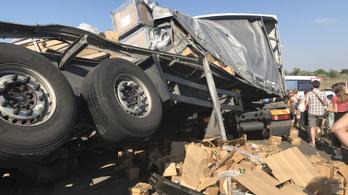Vonat elé hajtott egy szerb kamion Szatymaznál