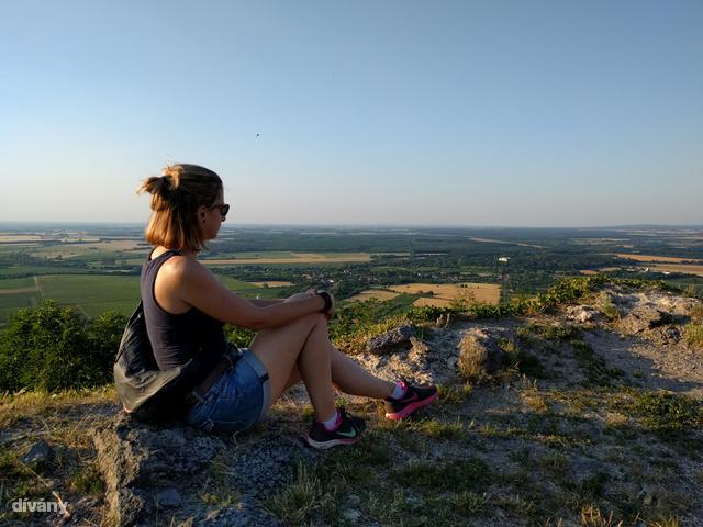 Szerintem egy szép kirándulás is lehet jó keresztedzés, itt éppen a Somló tetején nézek a távolba (= gyűjtöm az erőt a lejutáshoz)
