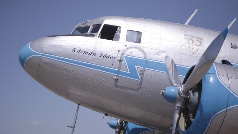 Szomorú születésnap gyönyörű oldtimer repülőkkel