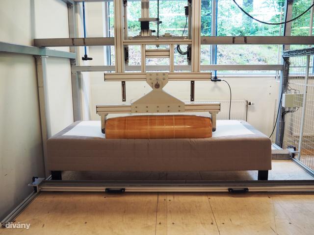 Itt tesztelik azt is, hogy ágyak hogyan bírják a terhelést.