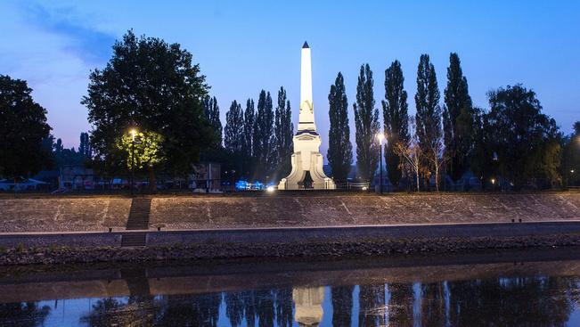 Díszkivilágítást kapott a Cziráky-obeliszk Győrben