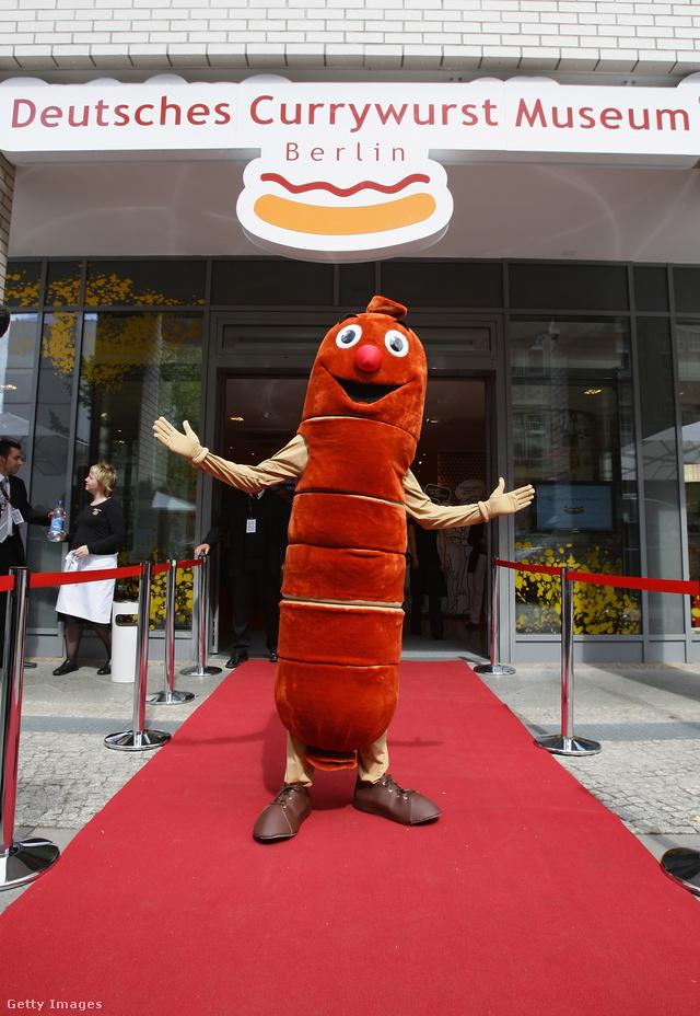 A berlini Currywurst múzeum állítólag épp olyan fontos látványosság, mint a Brandenburgi kapu, mivel ez a ketchupos currymártással tálalt sült kolbász a német főváros kulinárius szimbóluma.