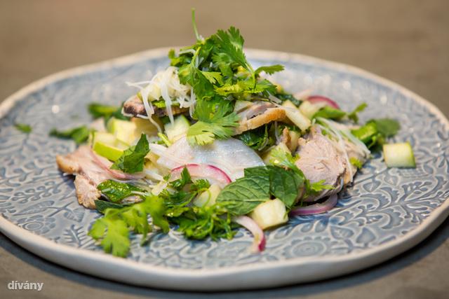 Íme a Thai, csípős-édes kacsasaláta gyömbérrel, zöldcitrommal és chilivel.