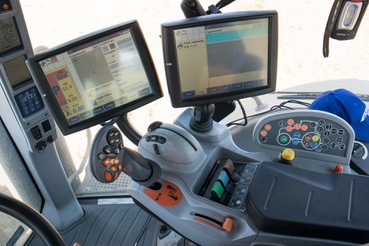 """A jobb oldali könyöklőt hivatalosan Sidewinder II-nek hívják, és mindent innen lehet kezelni, a hidraulikától a diffizárakon át. A nagy joystick a """"linde-kar"""", lényegében pedálozás és kormányzás nélkül elboldogul vele a traktor a szántóföldön"""