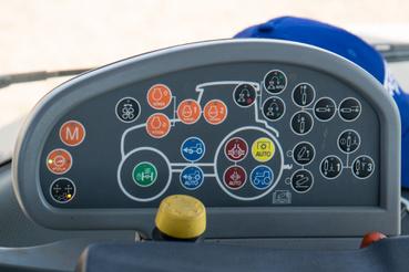 Hidraulika, diffizárak, összkerékhajtás, a motorforulat szabályozása, TLT-kihajtás gombjai, hogy csak a lényeget említsem