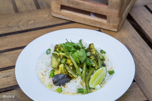 Jázminrizzsel tálaljuk a curryben főtt zöldségeket.