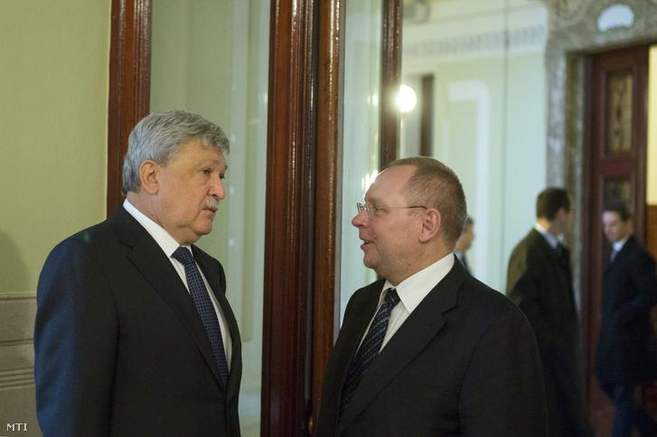 Csányi Sándor az OTP elnök-vezérigazgatója és Spéder Zoltán az FHB Jelzálogbank Nyrt. igazgatóságának elnöke beszélget a Magyar Nemzeti Bankban tartott bankárreggeli után a bank épületéből 2013. november 18-án.