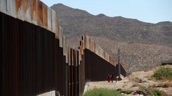 Trump napelemes falat építene a mexikói határra