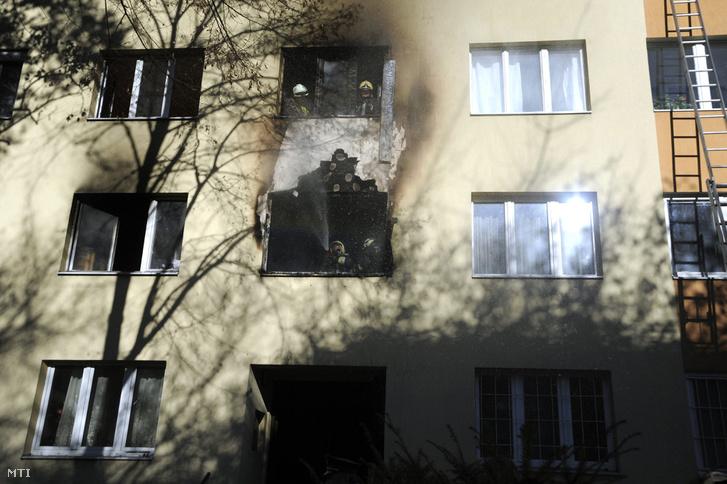 Tűzoltók dolgoznak egy panelház egyik első emeleti lakásában keletkezett tűz oltásán a XI. kerületi Fehérvári úton 2016. november 28-án. A lakás teljes terjedelmében égett. A tűz továbbterjedését sikerült megakadályozni. Az épületet kiürítették tizenöt embernek kellett elhagynia otthonát. A mentők egy embert súlyos sérüléssel, négyet megfigyelésre vittek kórházba.