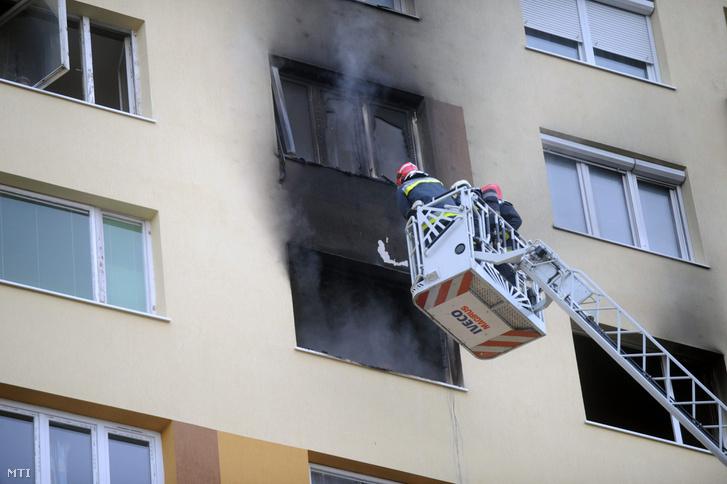 Tűzoltók dolgoznak a főváros XV. kerületében ahol kigyulladt egy lakás egy tízemeletes panelház nyolcadik emeletén 2012. december 10-én. A tűzoltók húsz embert hoztak ki a házból hárman enyhébb fokú füstmérgezést szenvedtek a kiégett lakás tulajdonosa pedig kórházba került.