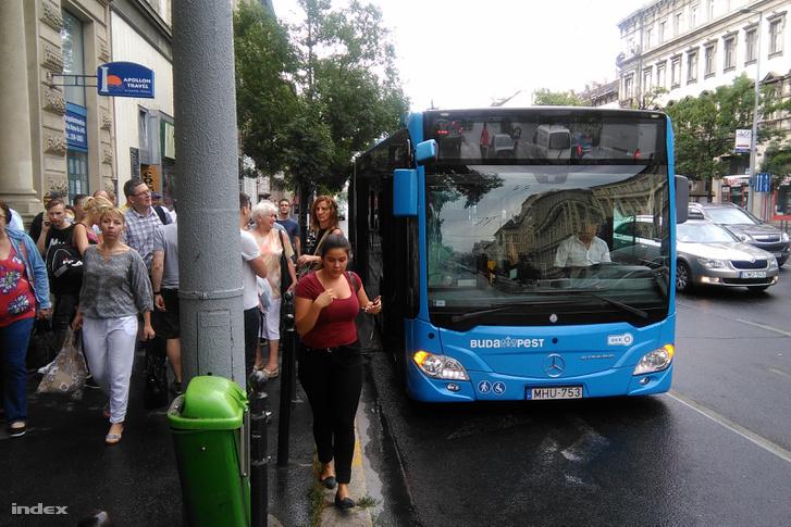Lerobbant metrópótló busz az Arany János utca és a Nyugati pályaudvar közötti szakaszon