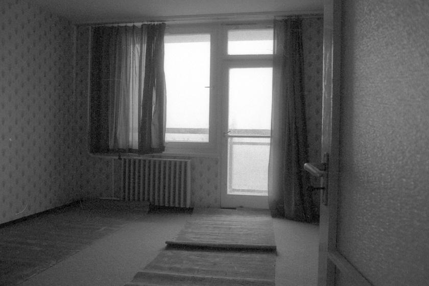 Jellegzetes szoba egy jellegzetes panellakásban. Nappali, de akár hálószoba is lehetett, üresen tátongva viszont nem túl barátságos látvány. Fortepan/Kováts Lajos