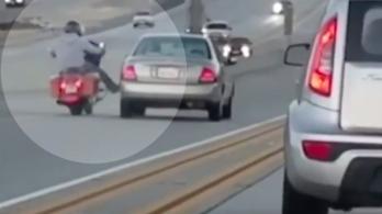 A motoros odarúgott egy autósnak, aki ráhúzta a kormányt