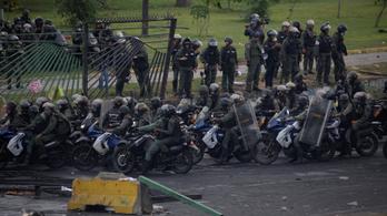 Kamerák előtt lőttek le egy tüntetőt a venezuelai katonák