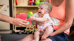 Azt kutatjuk, mit és hogyan tanul meg egy baba