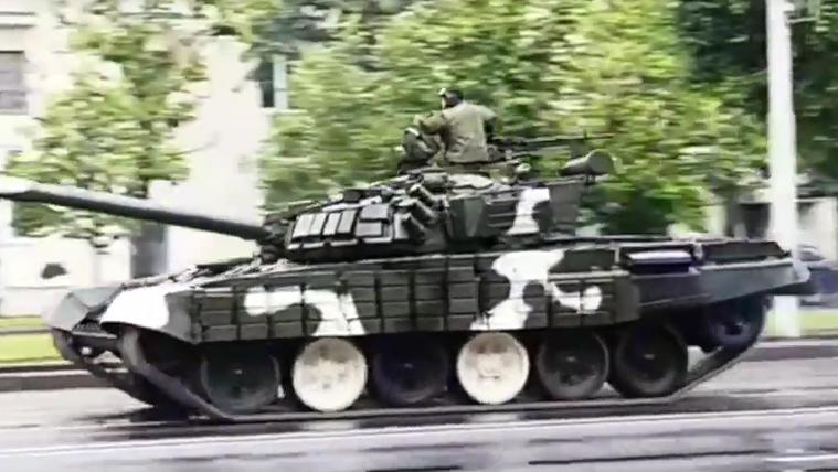 Tarolt a parádézó tank