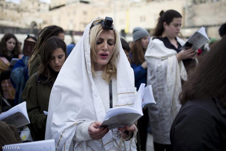 A Siratófal asszonyai, a női vallási egyenjogúságért küzdő szervezet tagjai imádkoznak a Siratófalnál