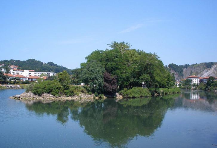 Irun - Isla de los Faisanes sobre el río Bisasoa 01
