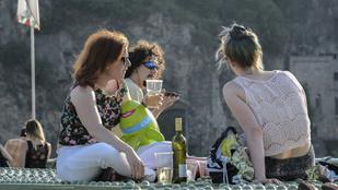 A lezárt Szabadság hídnál nincs jobb helyszín, ahonnan bámulhatja a Dunát