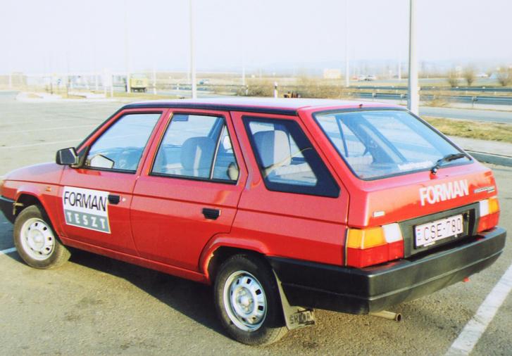 1992-ben jött az első széria VW-éra tesztautó a Skodától. Már nem akadt a váltó, és akkori viszonyok között jól felszerelték a tesztkocsikat: rádió is volt bennük. A fehér pickup fotói, amelybe egy bulizós éjszaka otthagyva aludni a Battyhányi téren, reggelre telidobálták szeméttel, elkallódtak. A negatív biztos megvan