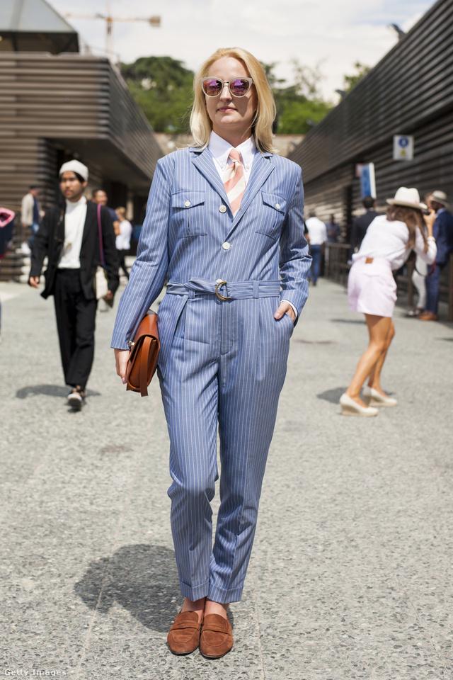 Inggel, nyakkendővel és barna kiegészítőkkel kombinálta kék kezeslábasát Monika Kaminska a firenzei Pitti Immagine Uomón.
