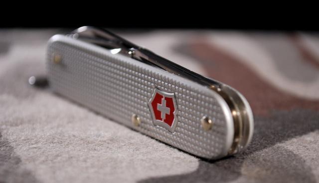 Egy trendi svájci bicska mindig jól jön. De arra számítani kell, hogy a 8 centiméternél hosszabb vágóélű kést, pillangókést és rugóskést nem engedik be a fesztiválokra!