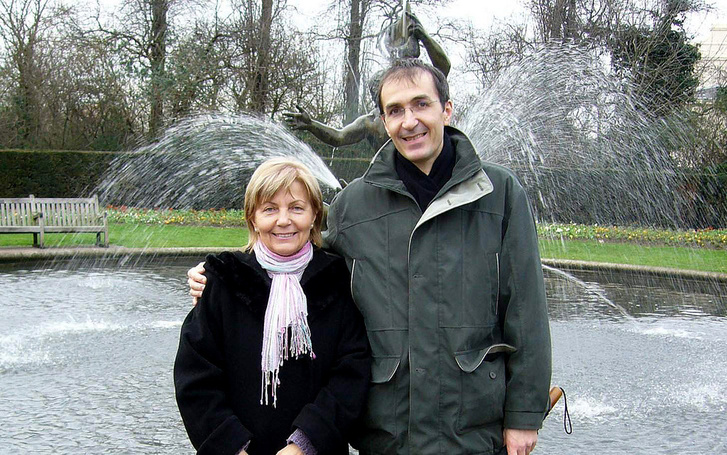 Tamás az édesanyjával egy régebben készült képen