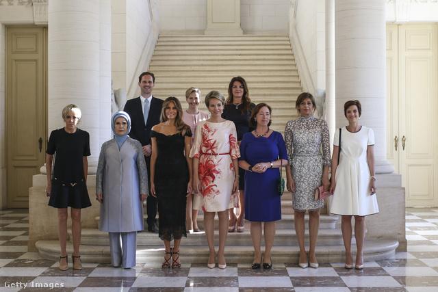 Vállvillantós fekete estélyi a belgiumi first lady és királynő találkozón.