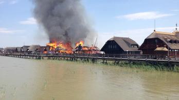 Tíz nádfedeles ház égett le a Fertő tavon