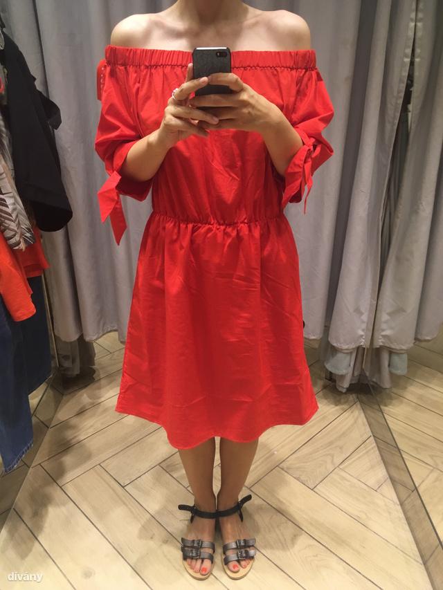 H&M: Ez a ruha még belefér a képzeletbeli költségvetésünkbe, ugyanis pont 5000 forintra van leárazva.