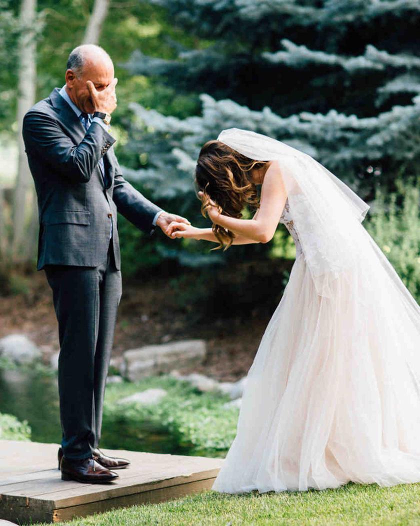 Jaimie-t először látja meg édesapja a menyasszonyi ruhájában. A fotós szerint ez volt az esküvő legmeghatóbb pillanata.